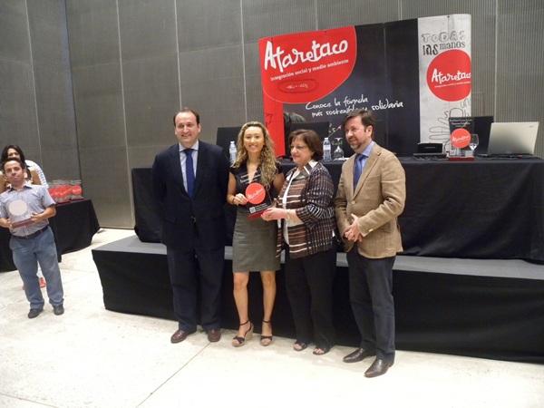 Fernández, Reyes y Alonso entregan una de las placas solidarias. | DA