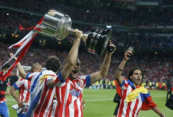 Los jugadores del Atlético de Madrid celebran su victoria ante el Real Madrid en la final de la Copa del Rey, esta noche en el estadio Santiago Bernabéu. | EFE