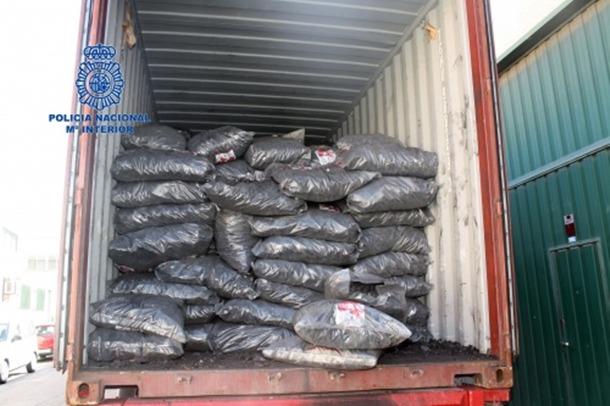 Fotografía del contenedor con los sacos de carbón en su interior. | CNP