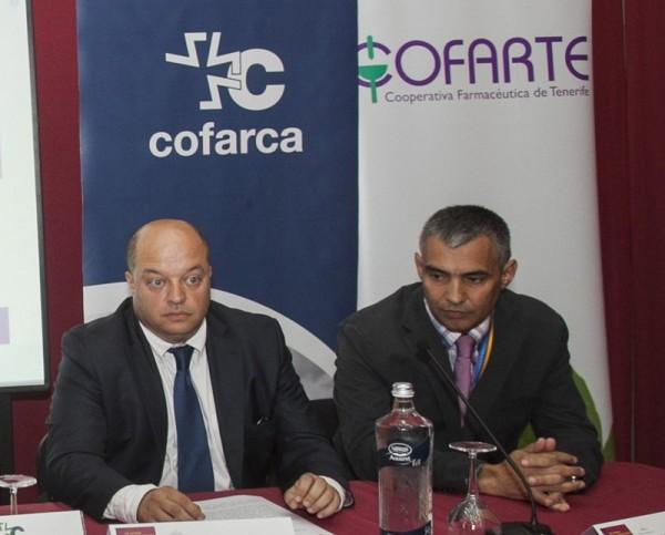 José Díaz Flores (izquierda), junto al presidente del colegio tinerfeño de farmacéuticos, Guillermo Schwartz. / DA