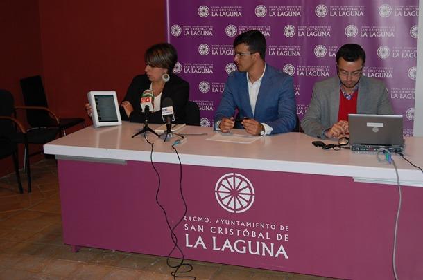 El concejal Yeray Rodríguez (centro) muestra las aplicaciones. / DA