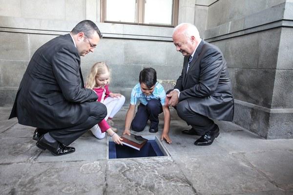 El pasado 16 de marzo se procedió al entierro de la urna en la entrada principal del Cabildo. | DA