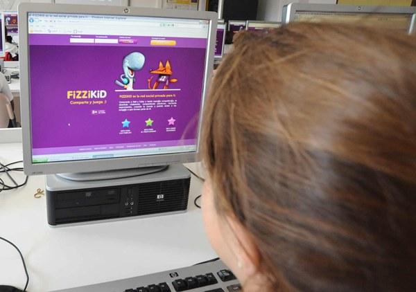 Una niña mirando la web de Fizzikid. | DA