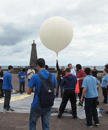 Una imágen del lanzamiento desde Bajamar de un globo sonda a la estratosfera. | DA