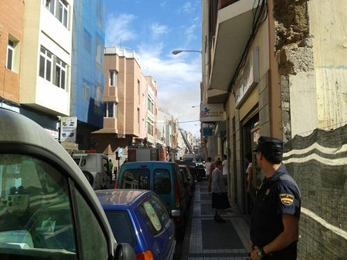 Desalojo de varios edificios por un ncendio en la calle Luján Pérez, en La Isleta./ <a href=