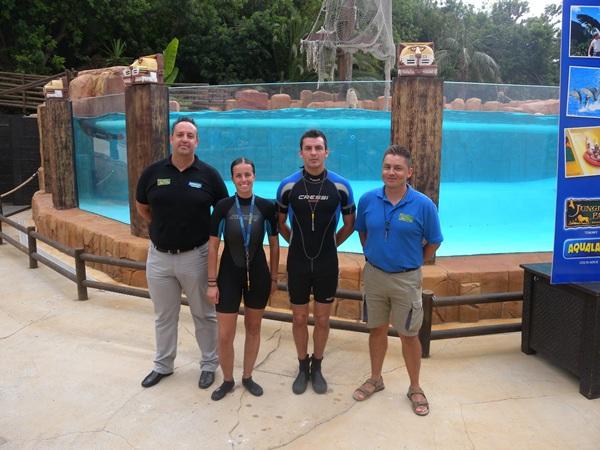 El equipo de entrenadores y personal de Jungle Park posa junto a la piscina donde se recrea el show. | J.L.C.
