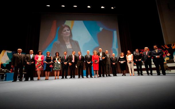 Foto de familia de los distinguidos con los Premios Canarias y las Medallas de Oro. / FRAN PALLERO