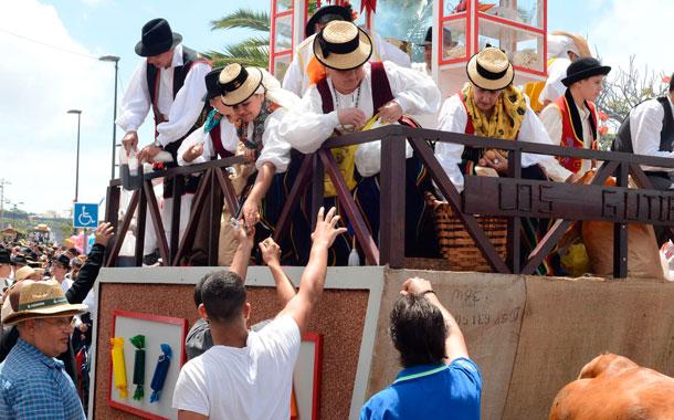 Distintos momentos de la fiesta de las tradiciones en el pueblo vallero. / SERGIO MÉNDEZ