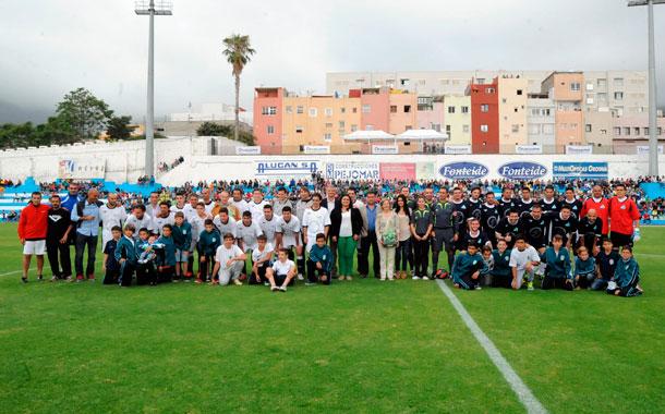 Los dos equipos demostraron su compromiso y su humildad en un partido donde la solidaridad fue la que salió ganando en el día de ayer. / JAVIER GANIVET