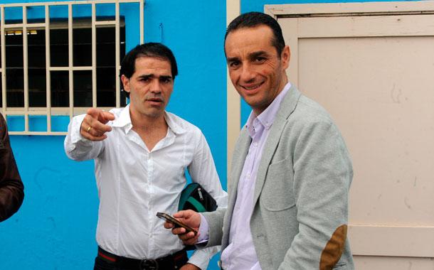 José Luis Oltra, en un momento de charla con el exjugador, Toñito. / JAVIER GANIVET
