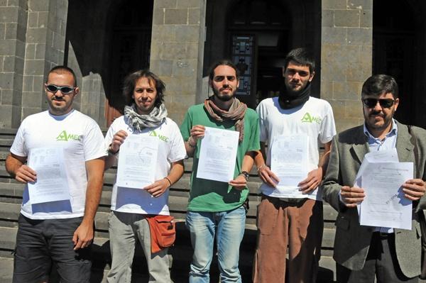 Los dirigentes de AMEC posan con la sentencia contra la ULL. | J. GANIVET