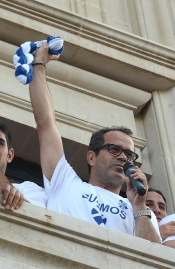 El entrenador se dirige a los seguidores ayer desde el balcón del Cabildo. / S. M.