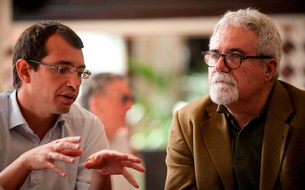 Antonio J. Olivera y José Ángel Rodríguez, durante la entrevista, en Santa Cruz. / FRAN PALLERO