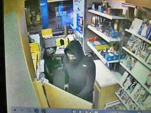 Imágen de la cámara de seguridad en la que se aprecia al atracador en el interior de la tienda de la gasolinera. | DA