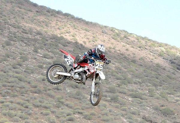 Bruno Darias, vencedor en la categoría de MX2, durante la carrera. | DA