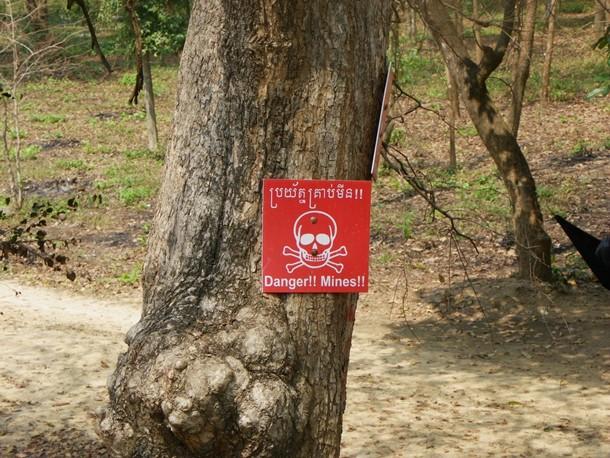 Cartel que avisa de la existencia de minas antipersona