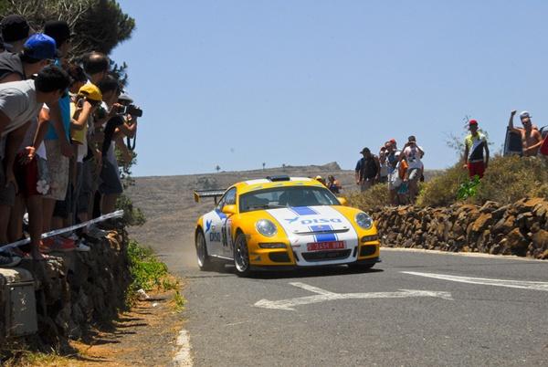 El tinerfeño Enrique Cruz en su Porsche 911 en Haría