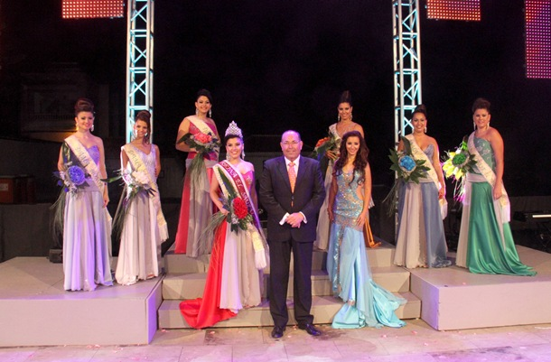 La Reina de las Fiestas de San Pedro Apostol 2013, Elisabeth Delgado junto a su corte de honor. | DA
