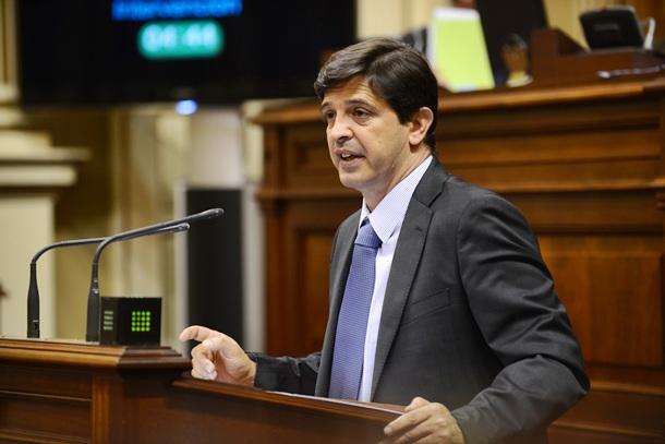 El consejero Javier González Ortiz, en una comparecencia parlamentaria. / SERGIO MÉNDEZ