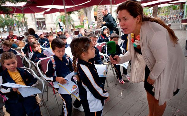 La odontopediatra Vanesa Martín-Fernández dio a los escolares consejos para una correcta higiene bucal. / FRAN PALLERO