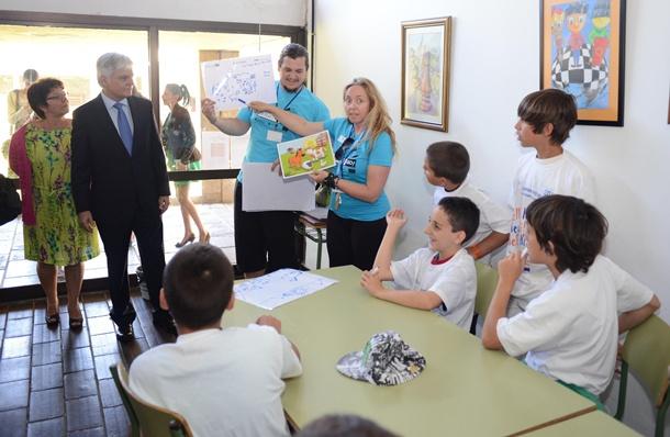 El consejero José Miguel Pérez visitó algunas de las clases y talleres impartidos en inglés. / SERGIO MÉNDEZ