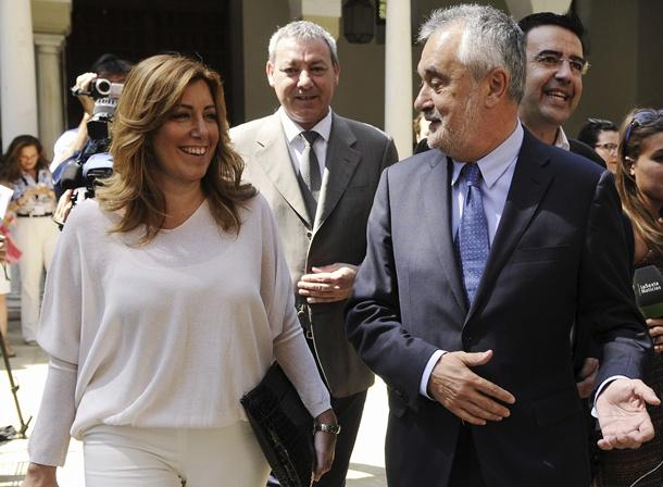 José Antonio Griñán llega al Parlamento acompañado por la consejera Susana Díaz