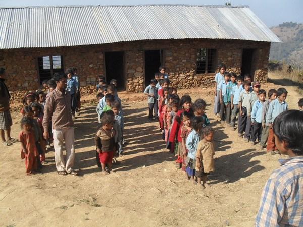 Niños formado la fila en el colegio de Pambung