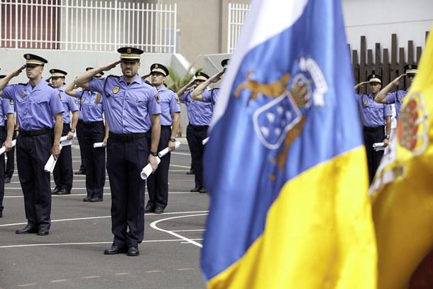 Varios agentes de la Policía Local reciben sus orlas