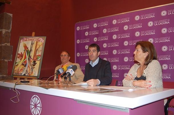 Fernando Clavijo, ayer, entre el artista Miguel Ángel Castilla y la concejala Cruci Díaz. / Da