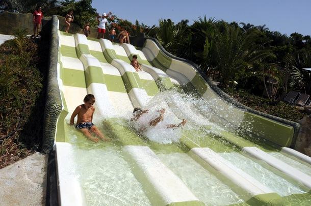 Niños disfrutan del parque acuático Siam Park
