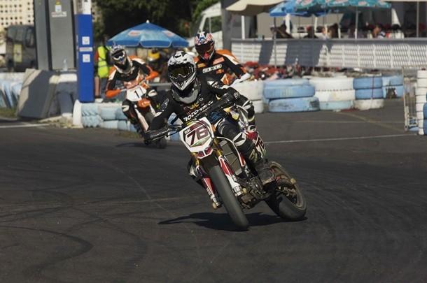 Un piloto de  Supermotard derrapa en el circuito Celestino Hernández de San Miguel de Abona