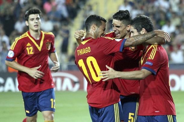 Los centrocampistas de la selección española sub-21, Francisco Román 'Isco'  y Thiago Alcántara se felicitan tras marcar un gol ante Italia en la final del Europeo Sub-21 España-Italia