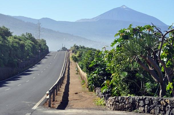 Vista de parte del paseo peatonal de la via de Servicio TF-174 entre La Matanza y La Victoria paralela a TF-5