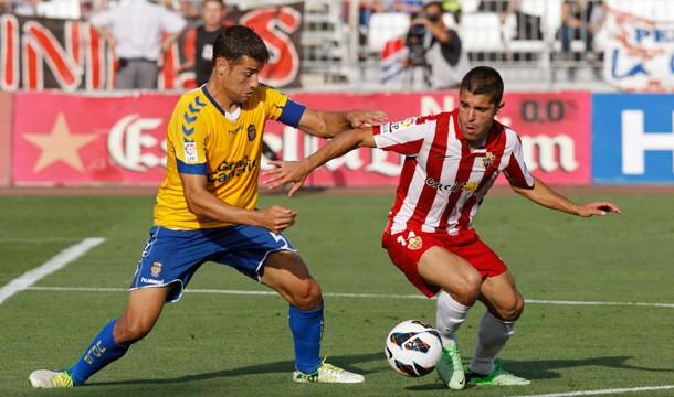 Charles da el pase al Almería ante una UD Las Palmas que quedó con nueve