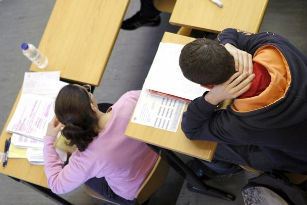 estudiantes clase exámen universidad