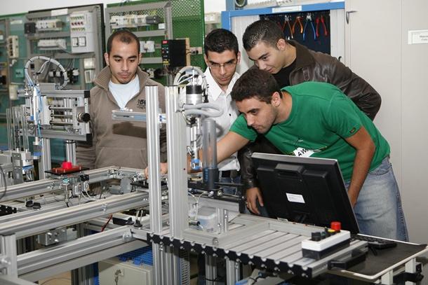 Varios estudiantes de Formación Profesional de la rama de mecánica