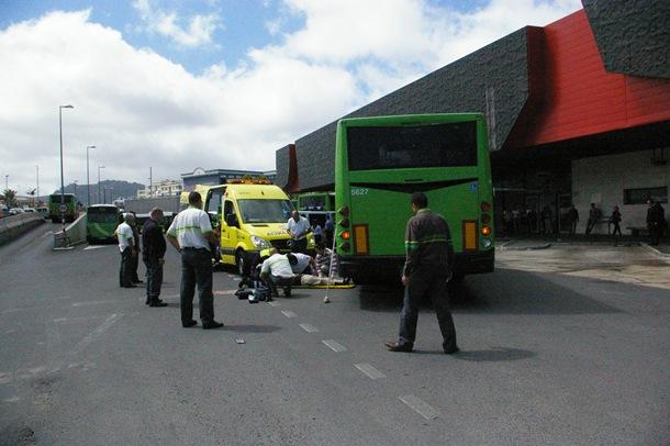El personal médico del Servicio de Urgencias Canario (SUC) atiende al atropellado en el nuevo Intercambiador de La Laguna