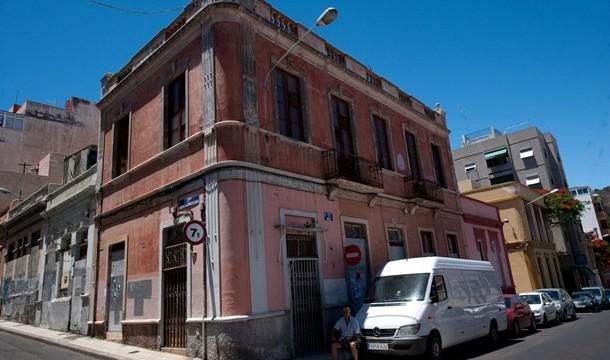 Urbanismo da 48 horas para vallar una fachada en ruinas en El Toscal
