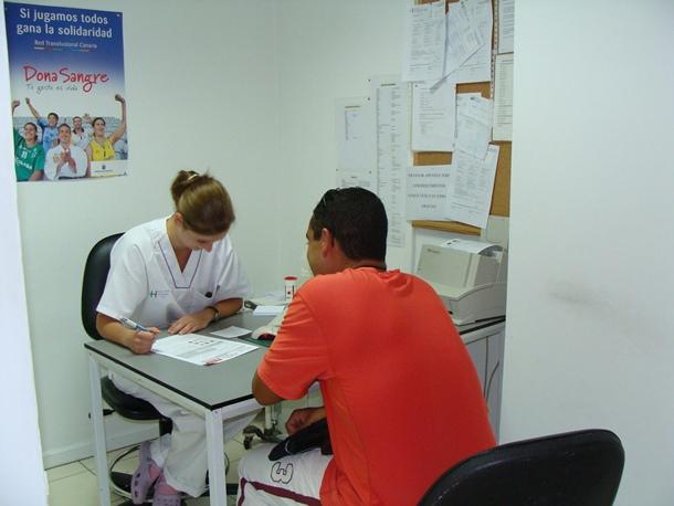 enfermera atiende a un paciente