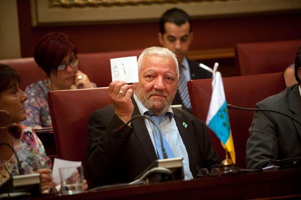 Hilario Rodríguez no tuvo ningún problema en mostrar su voto al público del salón de plenos. | FRAN PALLERO