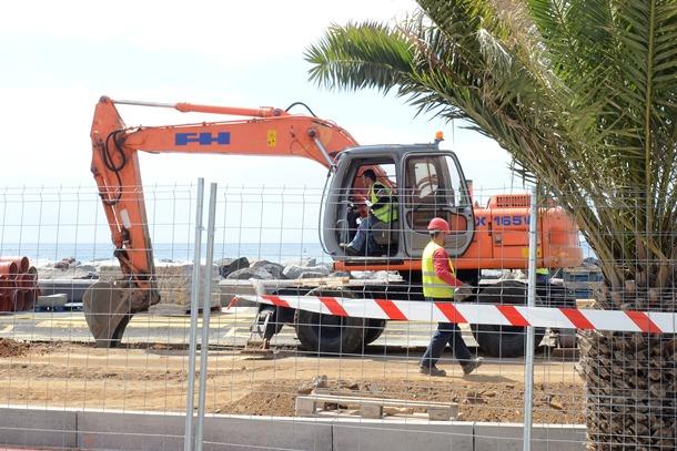 Los vecinos lamentan la falta de aparcamientos durante las obras. / S.M