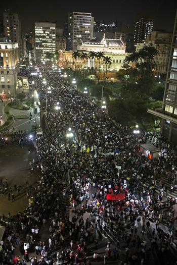 Imagen de una gran manifestación de protestas y posteriores disturbios en Sao Paulo