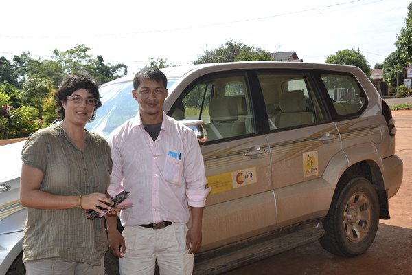 Amagoia Labarga (i), junto a Sangha, técnico de AIDA. / DA