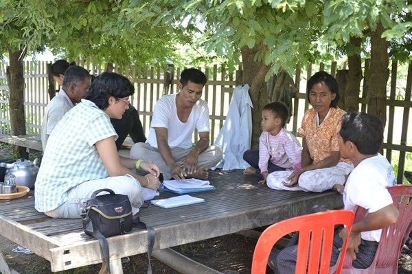 Amagoia Labarga, junto a una familia de productores acuícolas. / DA