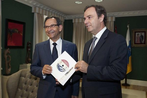 Castro recibe de Navarro el resumen de la actividad del año pasado en los juzgados de las Islas. | EFE