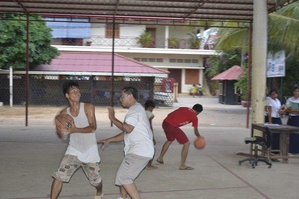El profesor franco-camboyano Nek (a la derecha defendiendo una jugada) es el entrenador de los chicos. / DA