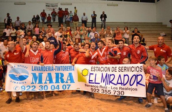 La familia del Rosario Estación de Servicio El Mirador celebra un nuevo éxito del conjunto vallero. / Sergio Méndez