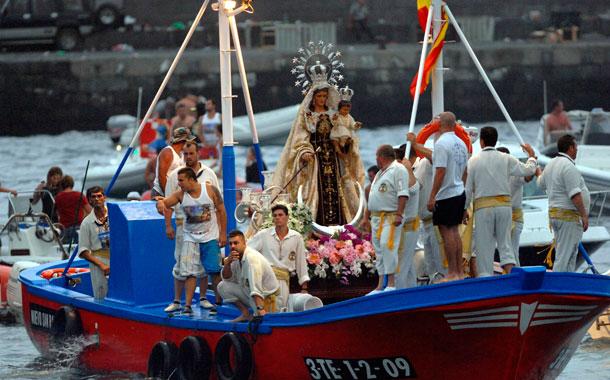 El esperado ofrecimiento a los mares de la patrona de los marineros, la Virgen del Carmen, provocó una emoción indescriptible y cargada de devoción. REPORTAJE FOTOGRÁFICO: MOISÉS PÉREZ Y J. VILLARUBIA