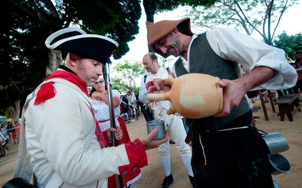 Un campamento militar del siglo XVIII estuvo instalado en la plaza del Duque de Santa Ana, donde también se celebró una exhibición de esgrima. / FOTOS: FRAN PALLERO