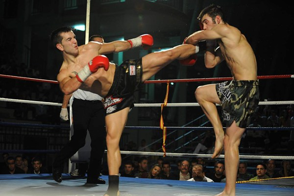 Roqueñi intenta alcanzar a Diogo Calado en su combate de 2008 en el Pancho Camurria. | SERGIO MÉNDEZ